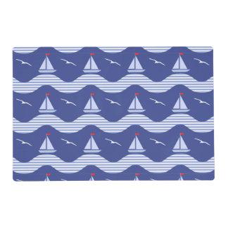 Veleros en un modelo rayado del mar salvamanteles