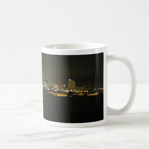 Veleros Nightt del agua de los edificios del horiz Taza