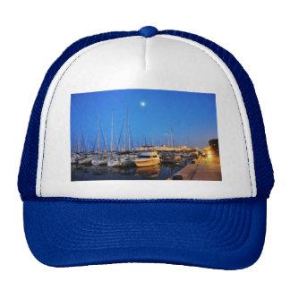 Veleros parqueados por el embarcadero de la marina gorras