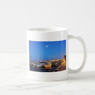 Veleros parqueados por el embarcadero de la marina taza de café