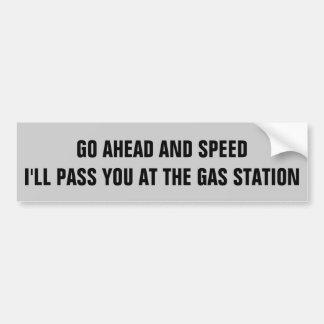 Velocidad. Le pasaré en la gasolinera Etiqueta De Parachoque