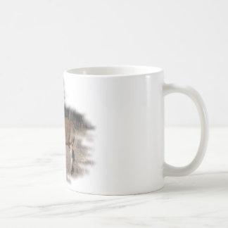 Venado de cola blanca en el campo taza de café