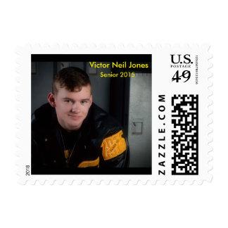 Vencedor con su chaqueta del ganador de una letra timbres postales