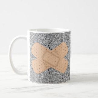 Vendaje en una grieta taza de café