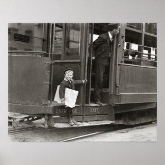 Vendedor de periódicos que monta a Trolley, 1910 Póster
