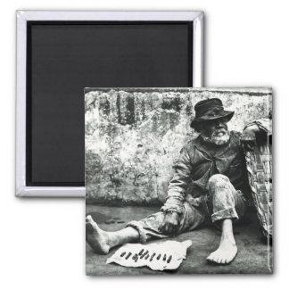 vendedor del Cigarro-fin, c, 1865 (foto de b/w) Imanes