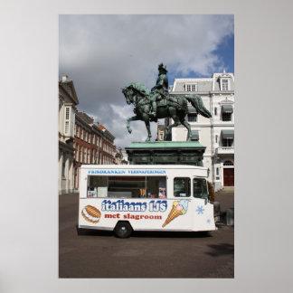 Vendedor y estatua del helado póster