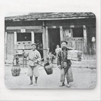 Vendedores ambulantes chinos, c.1870 (foto de b/w) mouse pad