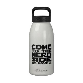 Venido al lado del empollón tenemos pi botellas de agua reutilizables