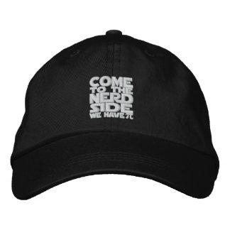 Venido al lado del empollón tenemos pi gorra de béisbol bordada