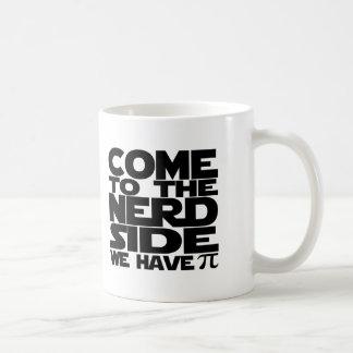 Venido al lado del empollón tenemos pi tazas de café