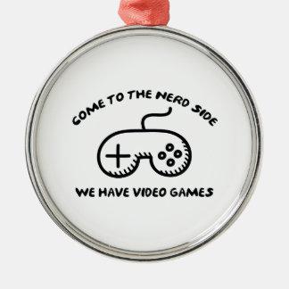 Venido al lado del empollón, tenemos videojuegos adorno navideño redondo de metal