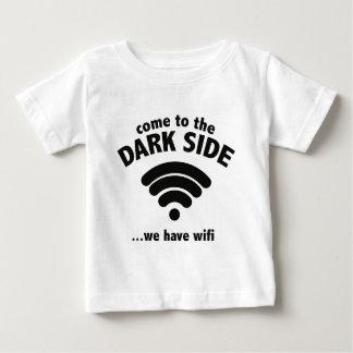 Venido al lado oscuro… tenemos Wifi. Playera De Bebé