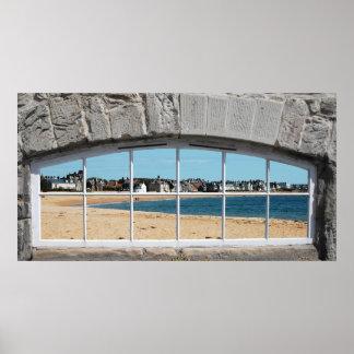 Ventana arqueada con la vista de la playa de Sandy Poster