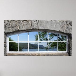 Ventana arqueada con vista del lago embrutecido po poster