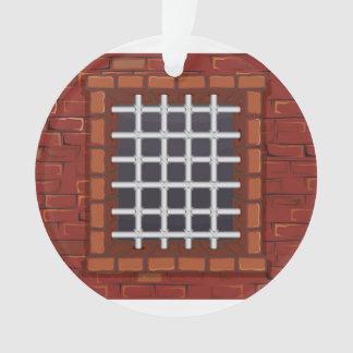 Ventana barrada en pared de ladrillo