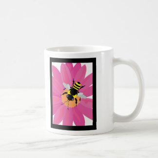Ventana de la flor y de la abeja taza