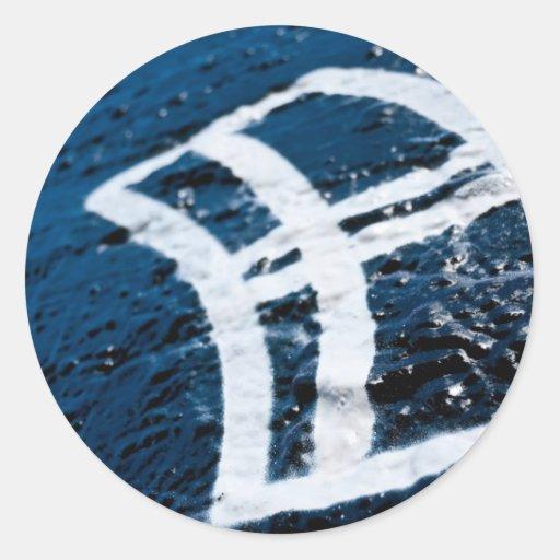Ventana de la pintada en la pared de ladrillo etiqueta redonda