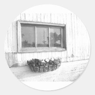 Ventana de la puerta de granero en fotografía pegatina redonda