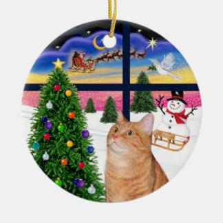 Ventana de Navidad - gato de tabby anaranjado Adorno Navideño Redondo De Cerámica