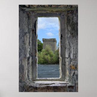 Ventana de piedra que enmarca un castillo escocés impresiones