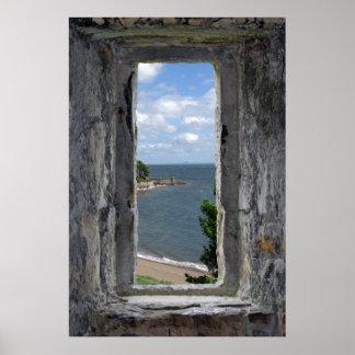 Ventana del castillo con la opinión de la playa posters