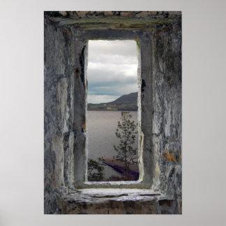Ventana del castillo con la vista del lago posters