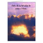 Ventana dramática en las nubes en el cielo felicitacion
