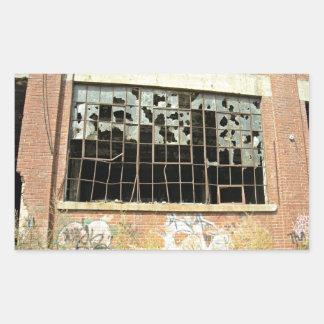 Ventana en casa del ladrillo con el vidrio quebrad rectangular pegatinas