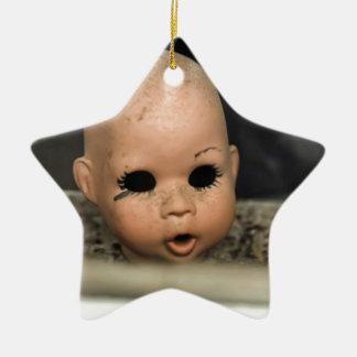 Ventana sucia de la cabeza de la muñeca del adorno navideño de cerámica en forma de estrella