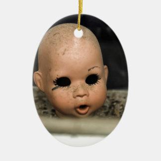 Ventana sucia de la cabeza de la muñeca del adorno navideño ovalado de cerámica