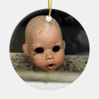 Ventana sucia de la cabeza de la muñeca del adorno navideño redondo de cerámica