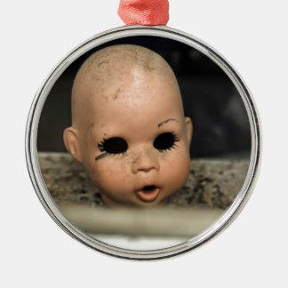 Ventana sucia de la cabeza de la muñeca del adorno navideño redondo de metal