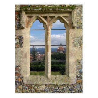Ventana vieja de la iglesia tarjetas postales
