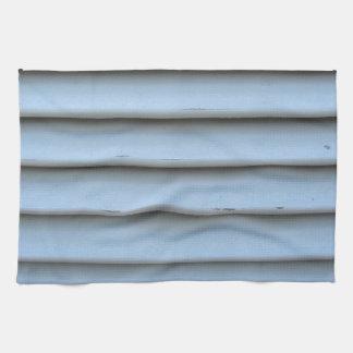 Ventana vieja de la persiana con el gris de madera toallas