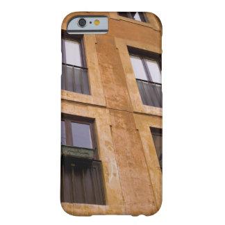 Ventanas del apartamento, Roma, Italia Funda De iPhone 6 Barely There
