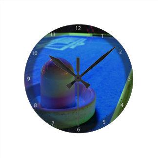 Ventile la tabla y el mazo del hockey con la reloj redondo mediano