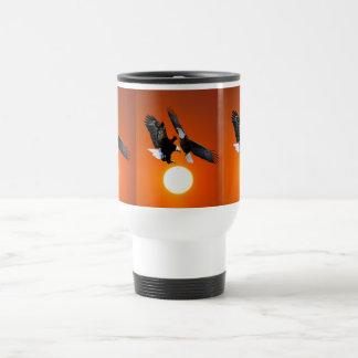 Venus en tránsito con dos águilas taza de viaje