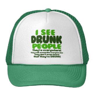 Veo a gente borracha gorros bordados