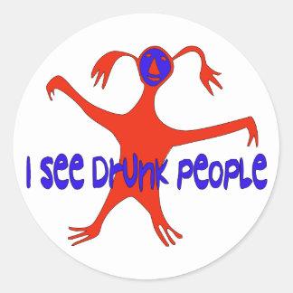 Veo a gente borracha etiqueta redonda