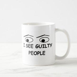 Veo a gente culpable taza básica blanca