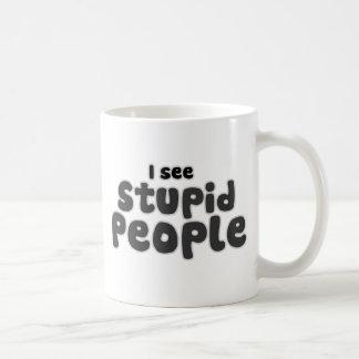 Veo a gente estúpida taza de café