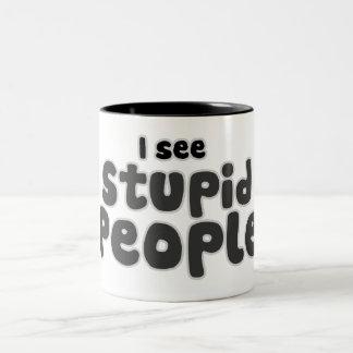 Veo a gente estúpida taza de café de dos colores