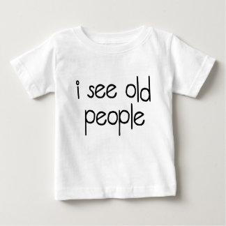 Veo a personas mayores playeras