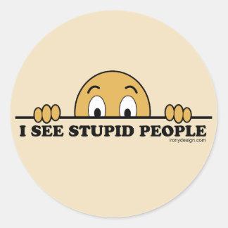 Veo humor estúpido de la gente pegatina redonda