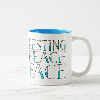 Verano de reclinación de la cara de la playa taza de dos tonos