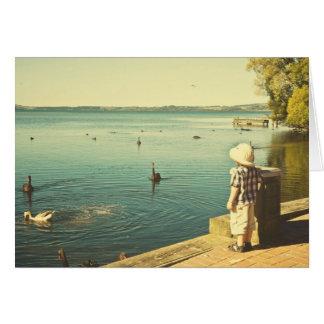 Verano en la tarjeta de felicitación del lago