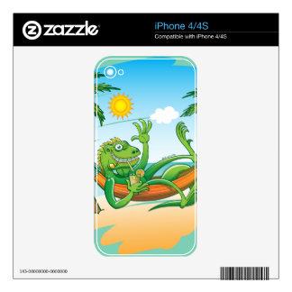 Verano perezoso de la iguana en la playa skins para iPhone 4