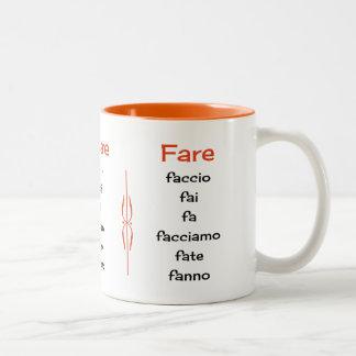 Verbos italianos que aprenden la enseñanza taza de café de dos colores