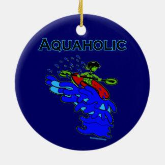 Verde azul de Aquaholic del Kayaker de Whitewater Adorno Navideño Redondo De Cerámica
